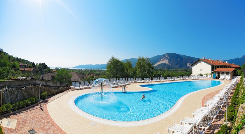 Lago maggiore vakantiepark met zwembad en uitzicht op for Designhotel lago maggiore