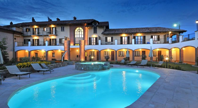 hotel piemonte met uitzicht over de wijngaarden van barolo. Black Bedroom Furniture Sets. Home Design Ideas