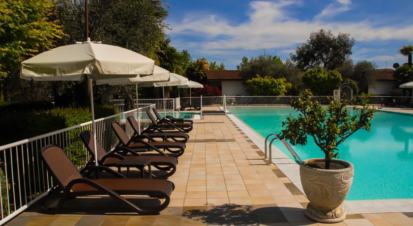 Gardameer vakantiehuisjes met zwembad in desenzano del garda for Vakantiehuisjes met prive zwembad